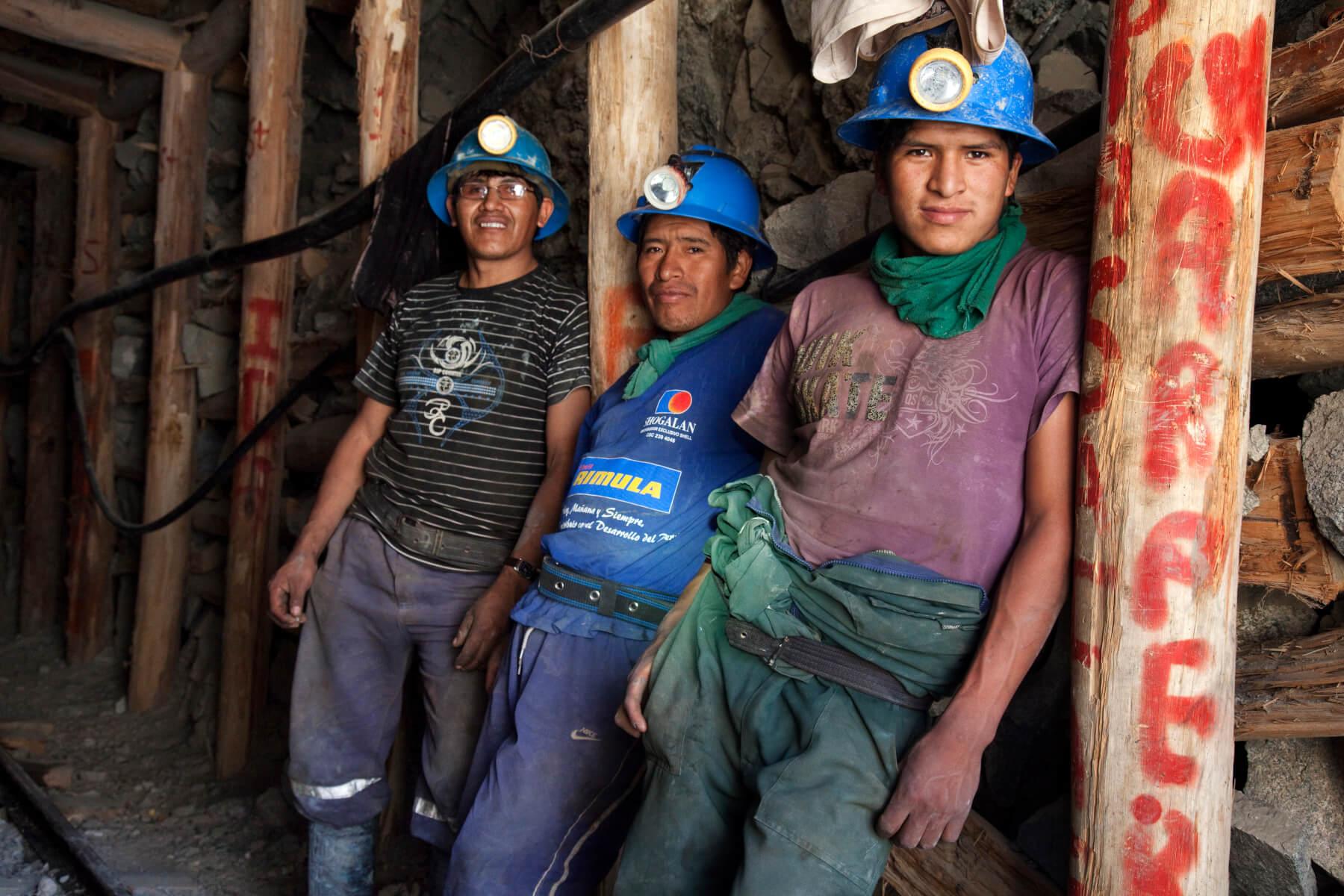 Mineros en la entrada de una mina de oro e Cuatro Horas, en el distrito de Chaparra, provincia de Caraveli, departamento de Arequipa, Perú. (c) Eduardo Martino